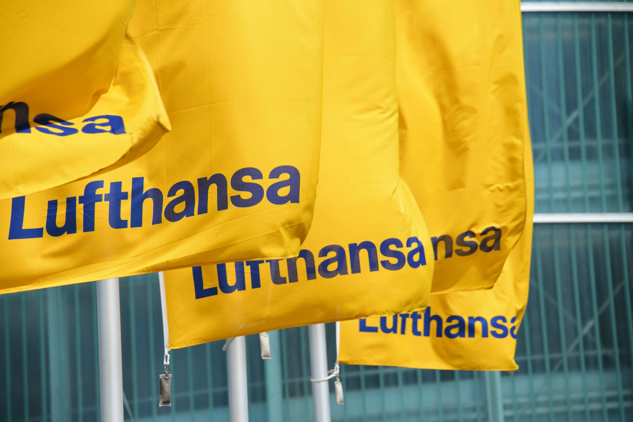 Lufthansa cutting more jobs as losses increase to $ 500 million per month. 1